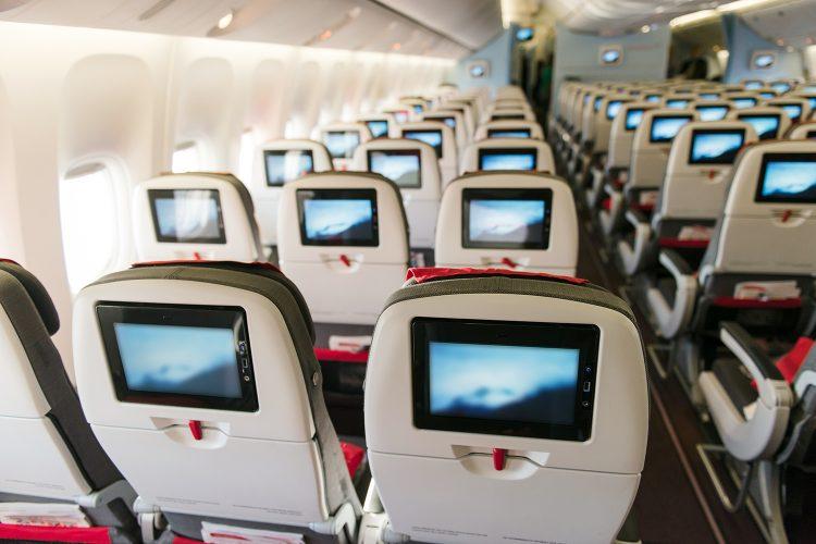 asientos con pantallas de la cabina de un avión